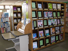 本館2階雑誌架